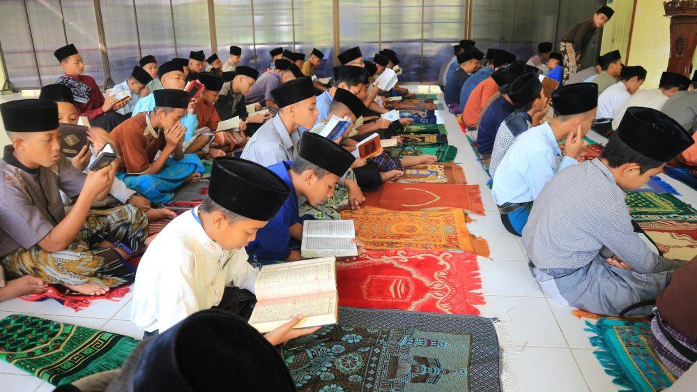 Santri Al-Barokah membaca al-Qur'an setiap selesai sholat